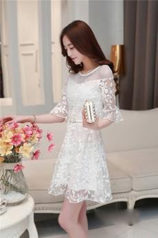 Đầm ren đã đem đến điều gì cho phong cách thời trang của bạn nữ?
