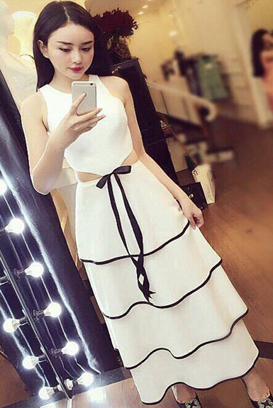 Đầm xếp tầng trắng dạo phố